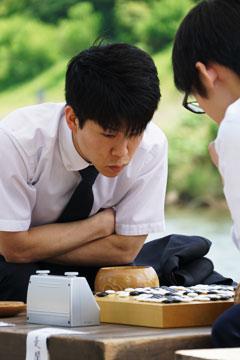 第1局は五十鈴川河畔で行われた。